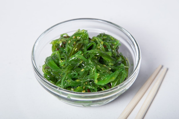 Хияши вакаме чука или салат из водорослей, японская кухня