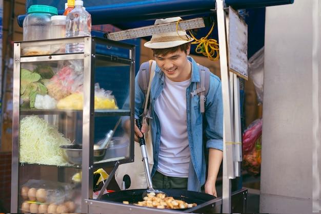 ベトナム、ホーチミン市-旅行者-ボットチェンはベトナムの屋台の食べ物です。