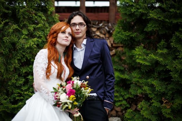 幸せな自由ho放に生きる結婚式のカップルのクローズアップ