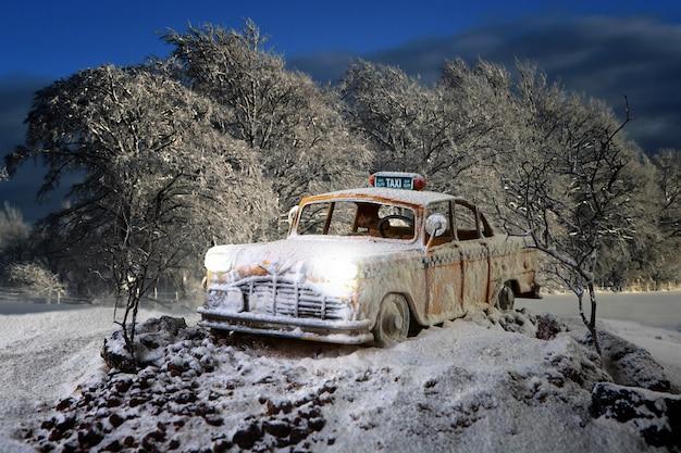 밤 숲에서 더 이상 사용되지 않는 택시 자동차