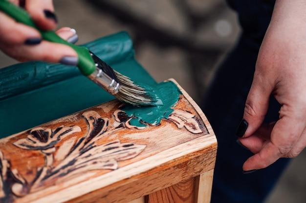 Хобби или занятие на выходных, процесс покраски и восстановления старого антикварного шкафа с цветочными ...