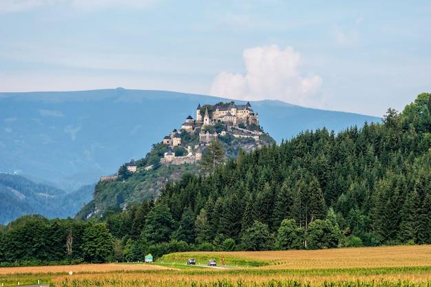 Замок гохостервитц и поля вокруг, австрия, европа