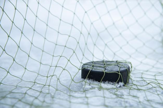 Хоккейная шайба в воротах крупным планом