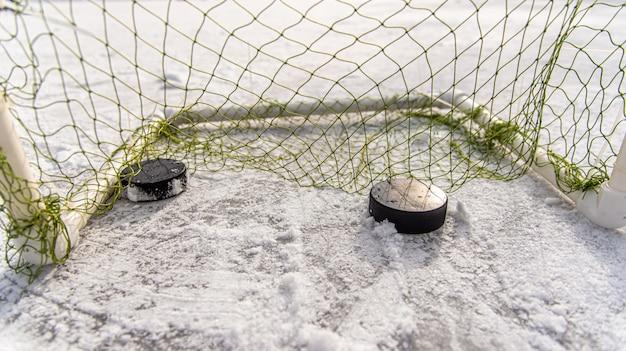 Хоккейная шайба в сетке ворот крупным планом