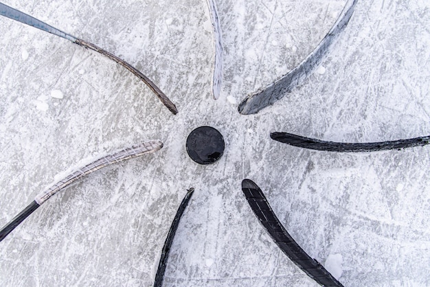 Хоккейная команда поставила клюшку на шайбу