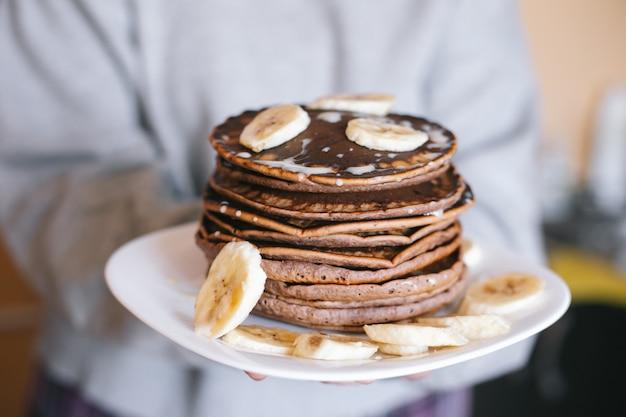 Шоколадные блины с бананами и какао