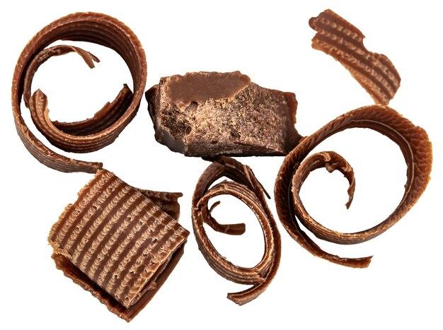 Hocolate стружки и кусочки шоколада, изолированные на белом фоне, вид сверху.
