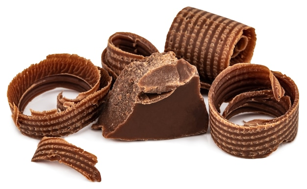 白い背景で隔離のチョコレートの削りくずとチョコレートの断片。