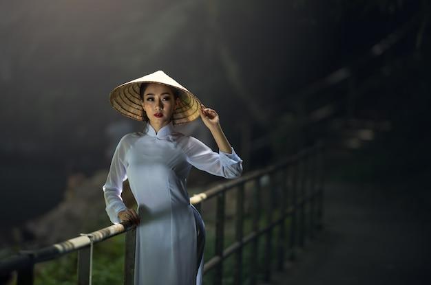 Красивая женщина с традиционным, винтажным стилем культуры вьетнама, hoi a вьетнам