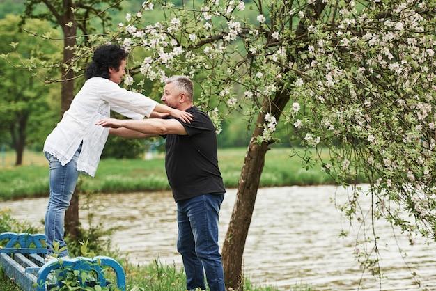 날 잡아. 좋은 주말 야외에서 즐기는 명랑 커플. 좋은 봄 날씨