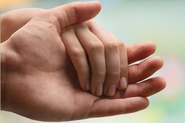 手を握って