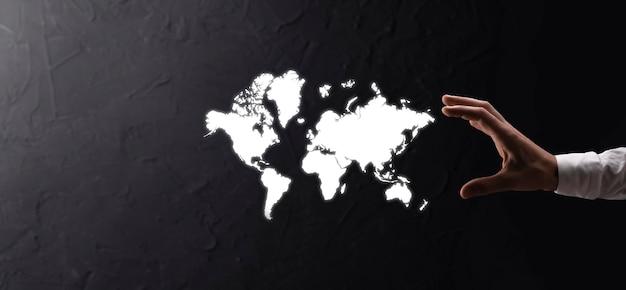 Держа светящийся земной глобус социальной сети в руках бизнесменов. значок карты мира, символ.