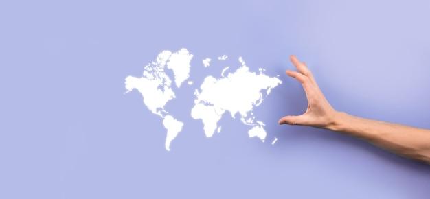 ビジネスマンの手に輝く地球地球のソーシャルネットワークを保持します。世界地図のアイコン、シンボル