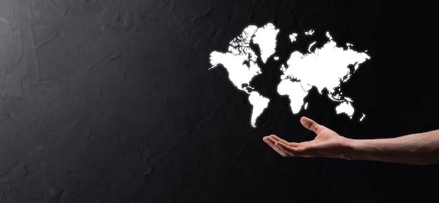 기업인의 손에 빛나는 지구 지구 소셜 네트워크를 들고 있습니다. 세계 지도 아이콘, 기호