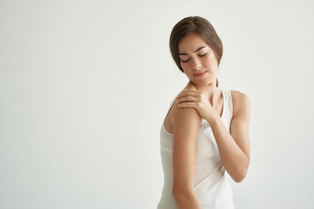 흰색 티셔츠 관절통 류머티즘에 어깨를 잡고