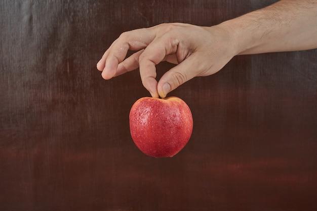 手にリンゴを持って