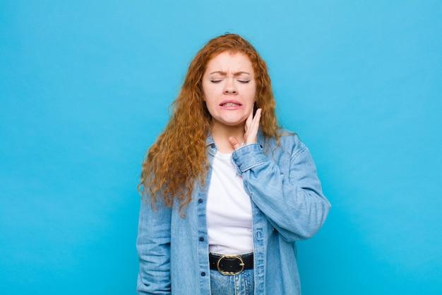 頬を抱え、痛みを伴う歯痛、体調不良、悲惨、不幸、歯医者を探す