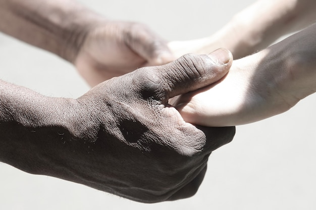 서로의 손을 잡고