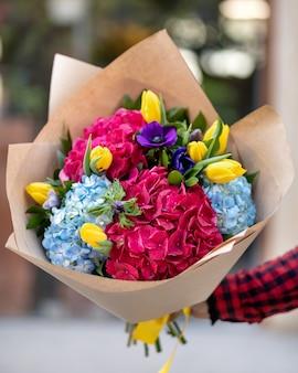 ぼかしの背景を持つ花の花束を保持