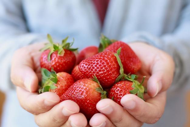 新鮮なイチゴを手で押し
