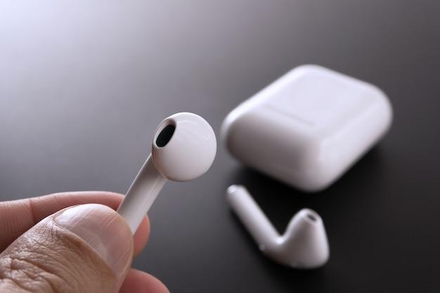 일반 무선 이어폰을 들고 - 흰색