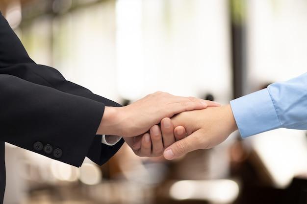 ビジネスパートナーと手をつないでビジネスパートナーを信頼する