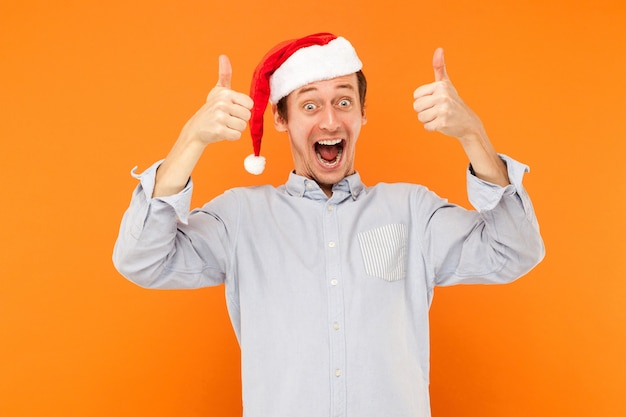 크리스마스 쇼핑 엄지손가락과 이빨 미소 후 많은 다채로운 가방을 들고