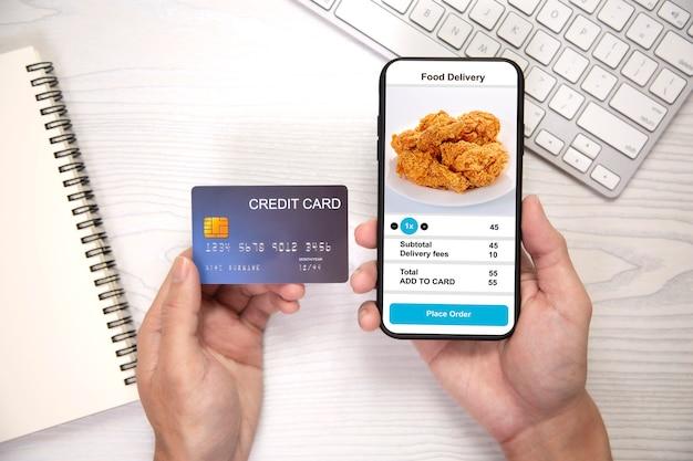Держа телефон с приложением доставки еды