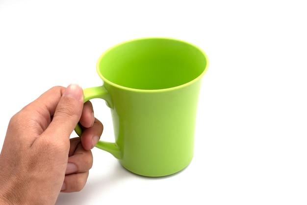 白い背景で隔離のプラスチック製のコップを保持します。