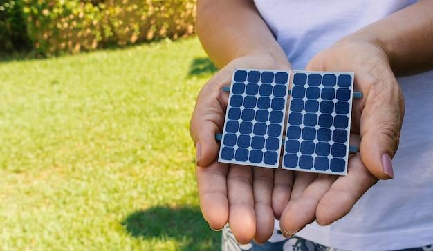太陽エネルギー太陽光発電パネルの保持