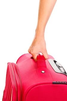 Держа чемодан в руке крупным планом