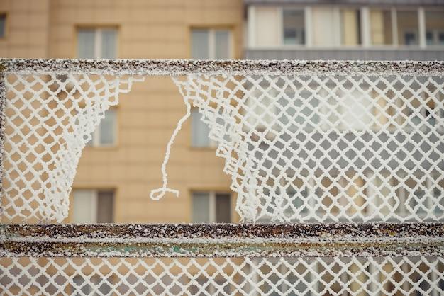 金網フェンスの穴をクローズアップ
