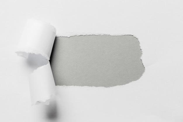 Отверстие в бумаге с рваными сторонами