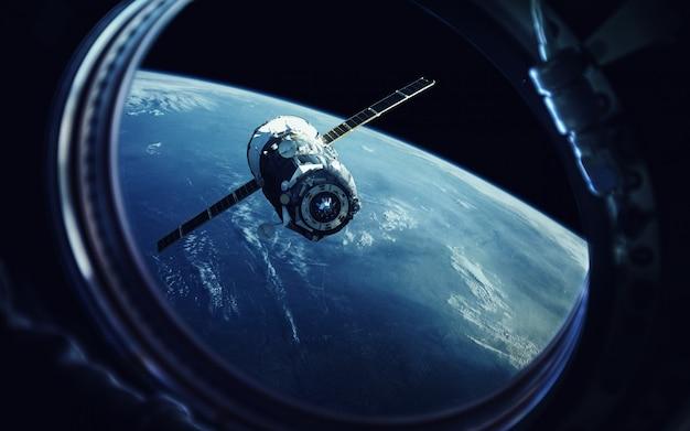 宇宙船のhole窓からの眺め。地球と宇宙船。