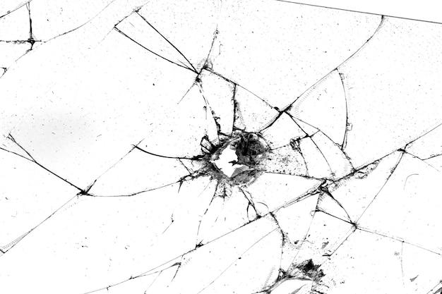 검정색 배경에 분리된 균열이 있는 유리의 구멍
