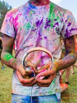 Праздник красок холи. сумасшедшая толпа молодых людей веселится во время фестиваля красок colorfest