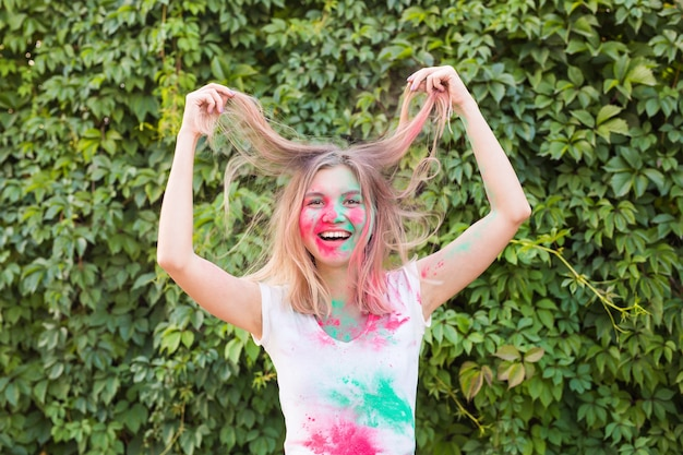 Holi 축제, 휴일 및 사람들 개념-holi 축제에서 재미 젊은 여자