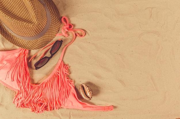 砂のビーチでの休日のアクセサリー