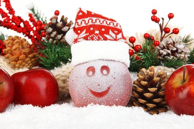 雪の中でつや消しの描画と休日のリンゴをクローズアップ