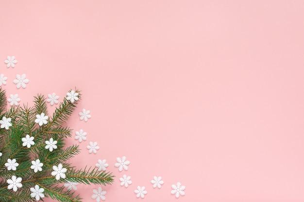 休日の背景、ピンクの背景にトウヒの枝と雪片、フラットレイ、上面図