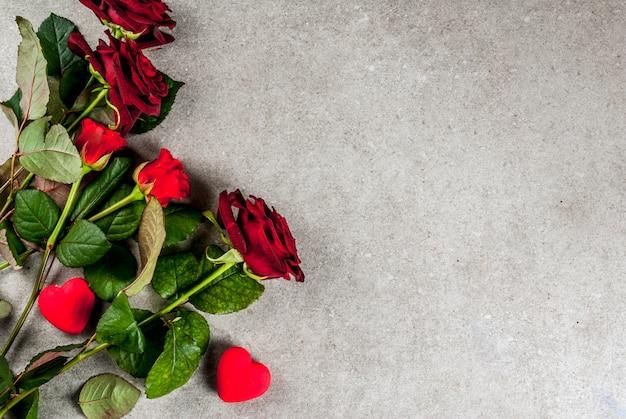 休日の背景、バレンタインの日。赤いバラの花束、赤いリボンとネクタイ、ラップされたギフトボックストップビュー