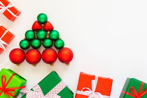 빨간색과 녹색 크리스마스 볼의 장식 나무와 휴일 배경
