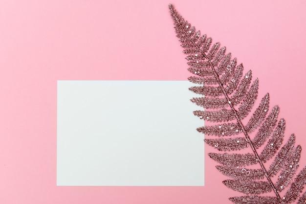 Праздник фон с пустым белым листом розового бумажного пространства для текста или поздравительной открытки