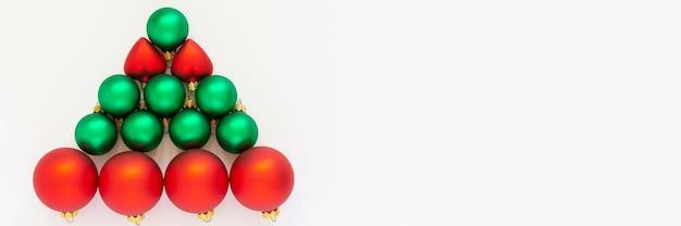赤と緑のクリスマスボールの装飾ツリー、白い背景の上のクリスマスツリー、フラットレイ、上面図と休日のバナー
