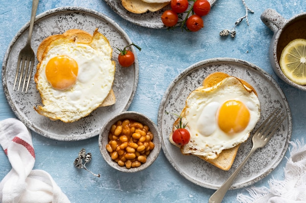 豆のトーストと卵料理の休日の朝食