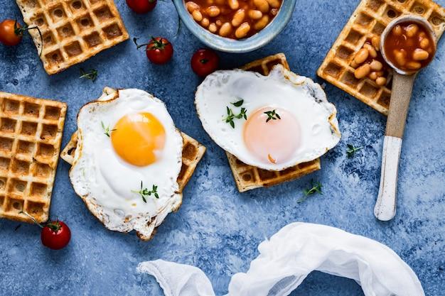 ワッフルフード写真に卵と休日の朝食