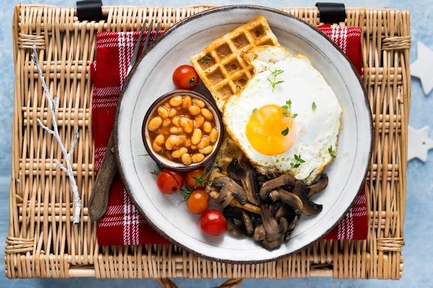 와플 음식 사진에 계란을 곁들인 휴일 아침 식사