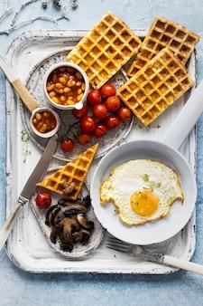 Colazione delle vacanze con uovo su fotografia di cibo waffle