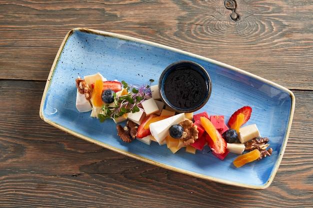Праздничное сырное меню с фруктовыми орехами и соусом