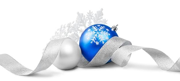 Праздничные новогодние шары на белом фоне